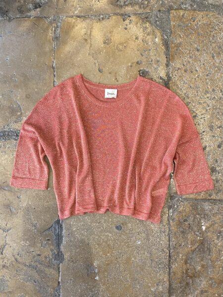 Camisola com corte largo e mangas 3/4 cor coral com lurex dourado