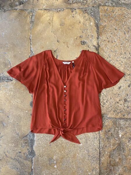 Blusa de manga curta com laçada em cor tijolo