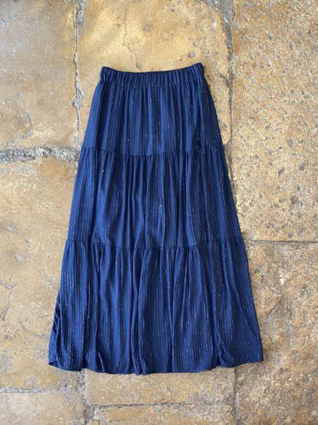 Saia comprida com fios com brilho e elástico na cintura em cor azul